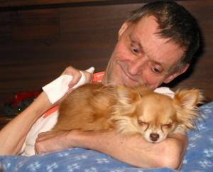 Herr mit Hund klein