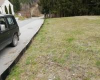 Nach getaner Arbeit isoliert der Krötenzaun den gesamten Abschnitt zwischen Wiese und Straße