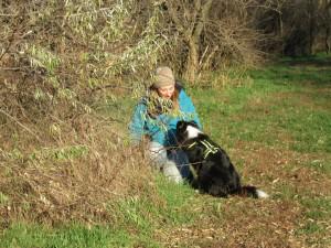 Der Hund hat den Menschen gefunden und bekommt seine Belohnung.