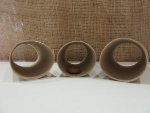 Drei Klopapierrollen werden vorbereitet; in einem wird ein Leckerli versteckt.