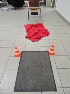 Vom Start auf dem Teppich geht es über die Decke (in den Falten sind Leckerlis versteckt),...